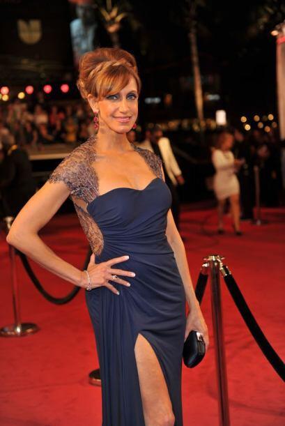 El vestido de Lili Estefan ayudó a resaltar sus hermosos ojos azules.