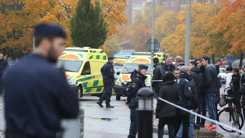 Una multitud de reúne y los servicios de emergencia acuden a una escuela...