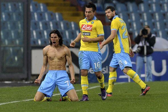Edison Cavani mosytró su fuerte abdomen cuando anotó su segundo gol en e...