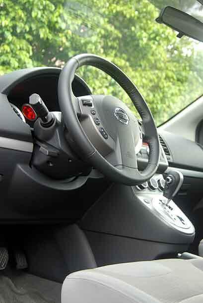 El volante cuenta con los controles de audio, control crucero y bluetoot...
