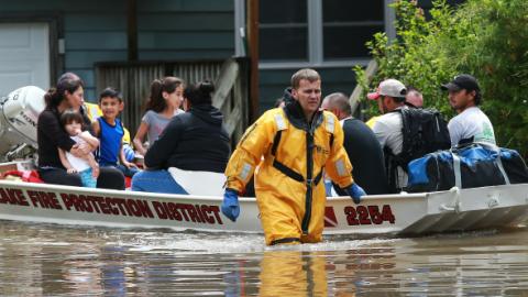 Residente de Lake Beach resiven asistencia tras las inundaciones registr...
