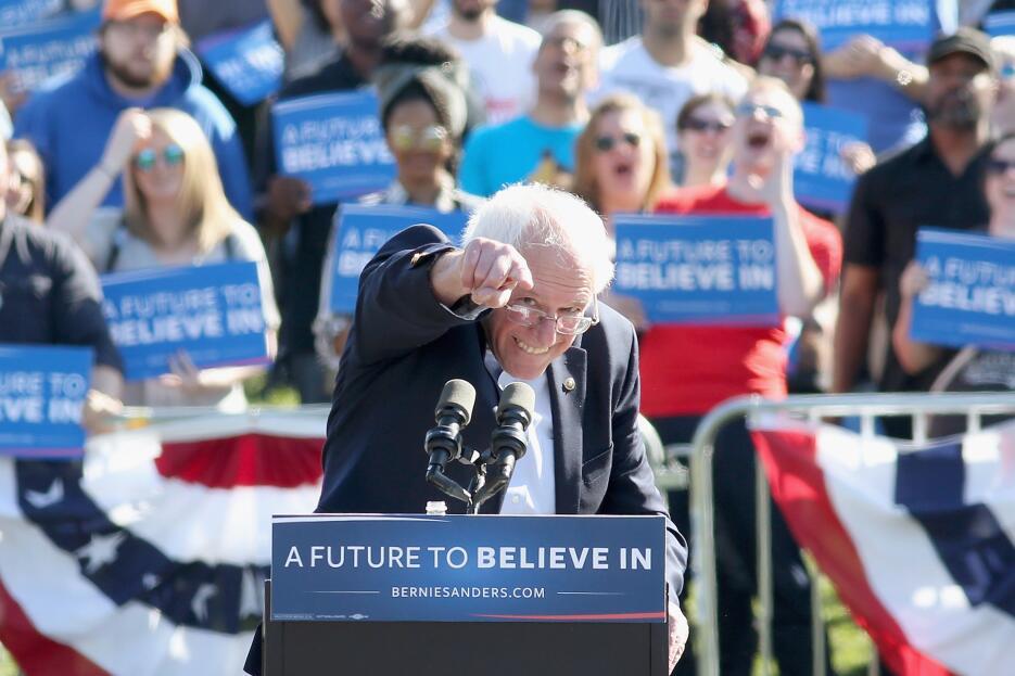 El candidato demócrata Bernie Sanders fue quien más dinero recogió en do...