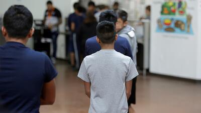 """""""En las noches todos lloraban por sus padres"""": exempleado de albergue para niños separados de su familia en Arizona"""