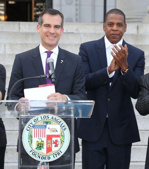 El alcalde Eric Garcetti y otros líderes de Los Ángeles junto a la estre...
