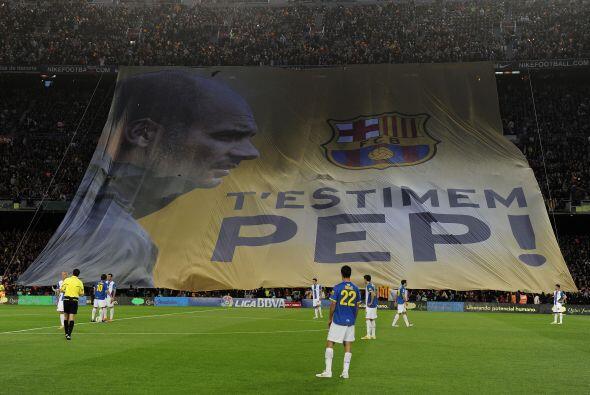 Los fanáticos del Barcelona le regalaron una bandera gigante a Josep Gua...