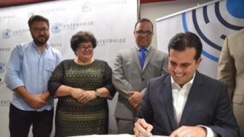 El gobernador Ricardo Roselló firma la Ley Enterprise.