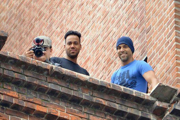 El cantante observó a sus admiradores desde la azotea del edificio donde...