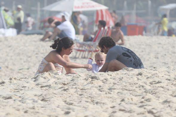 A jugar con el nene en la arena. Mira aquí los videos más chismosos.