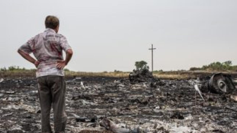 Rebeldes prorrusos vigilan el área donde permanecen los restos del avión...