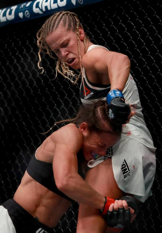 Fuerza, agresividad y flexibidad de las mujeres en la UFC GettyImages-62...