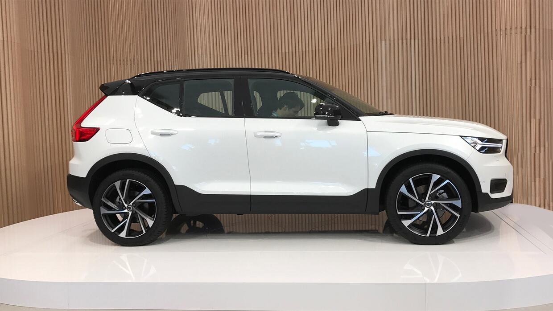 La nueva Volvo XC40 recién revelada en el escenario del Studio Vo...