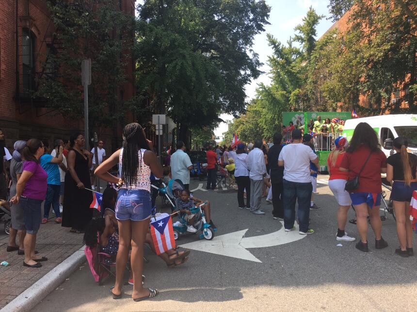 Entre la comunidad que se apostó a ambos extremos de la calle Montgomery...