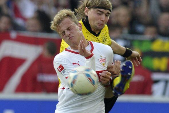 Marcel Schmelzer, del Borussia, le mostró sus zapatos a Christoph Hemlei...