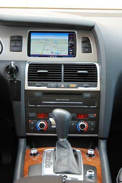 La consola central está dominada por el sistema Audi MMI que integra GPS...