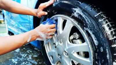 Limpia los rines de tu carro como un profesional