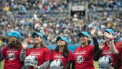 Los Carolina Panthers rinden honor a miembros de familias militares foto...