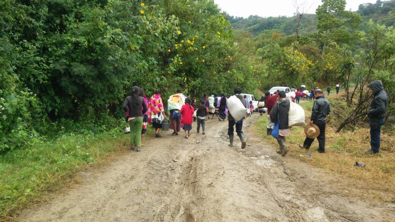 Indígenas desplazados emprenden su regreso a sus casas en el municipio d...