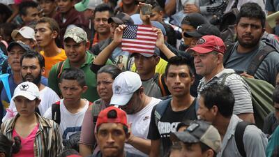 Activistas en Los Ángeles preparan ayuda para recibir a la caravana de migrantes en la frontera con México