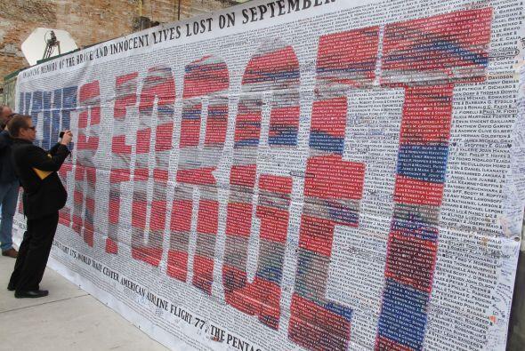 En una pared cercana, figuran los nombres de las casi tres mil personas...