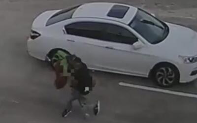 En video: Hombre arrastra a una mujer hasta robarle su bolso