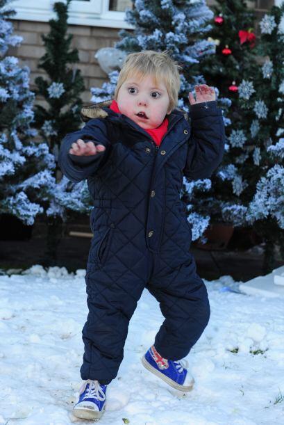 Olvidándose de todo, se puso a lanzar bolas de nieve como lo haría cualq...