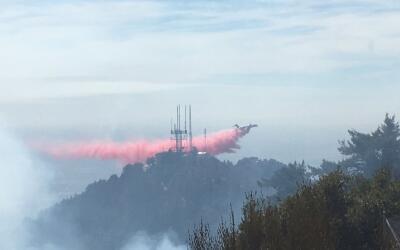 Bomberos luchan contra un incendio de maleza en Mt. Wilson.