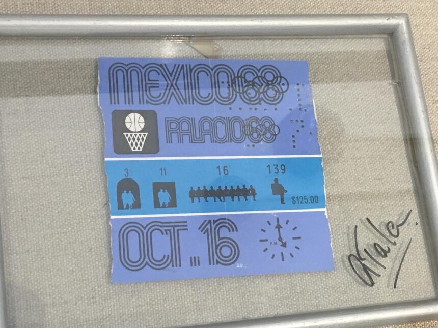 Un boleto a los Juegos Olímpicos de México es un recuerdo de su relación.