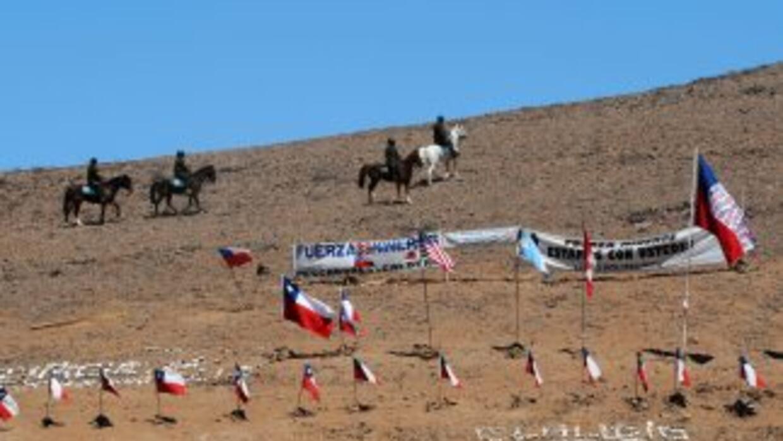 Los familiares y los trabajadores que trabajan en el rescate de los mine...