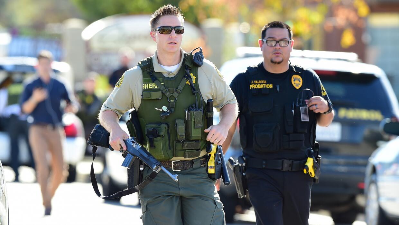 Varios oficiales llegan apresuradamente al lugar del atentado que costó...