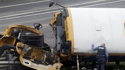 En fotos: La colisión entre un camión de basura y un autobús escolar en Nueva jersey