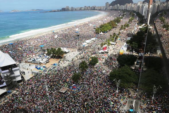 Acá una imagen de Copacaba a reventar ¿dónde está el Papa?