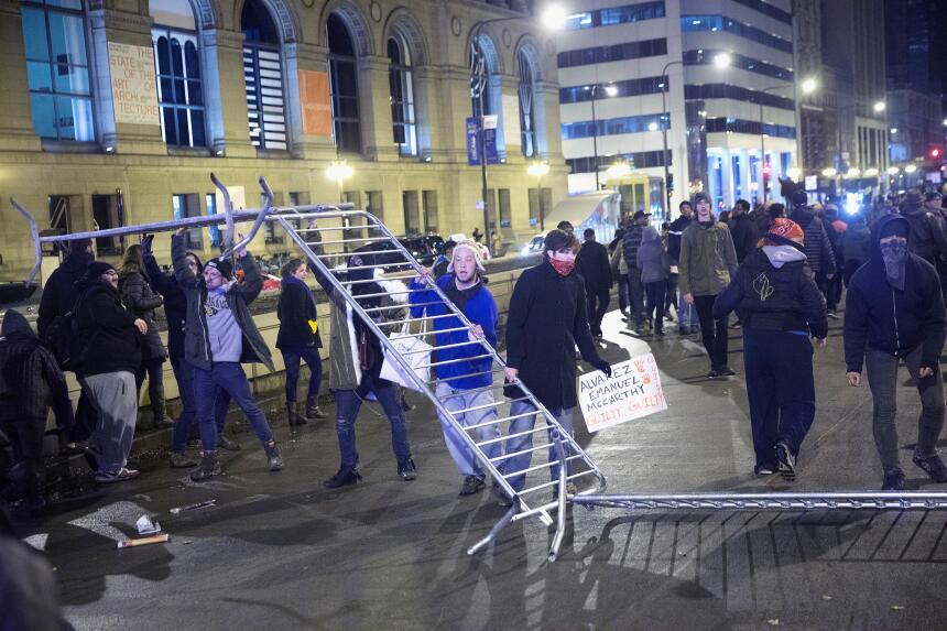 Imágenes del segundo día de protestas en Chicago por la muerte de Laquan...