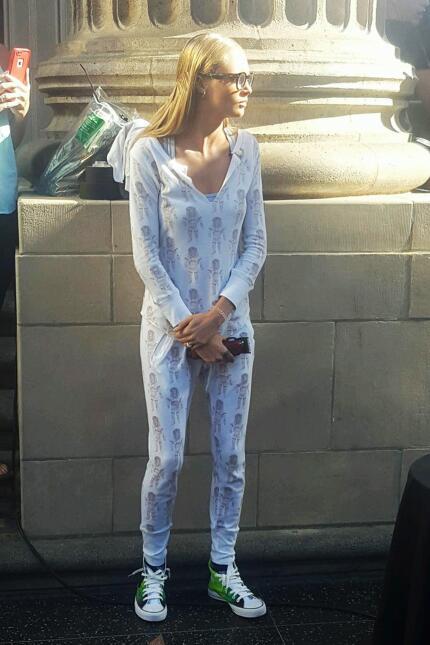 Cara Delevingne con sus anteojos y en pijama de leoncitos.