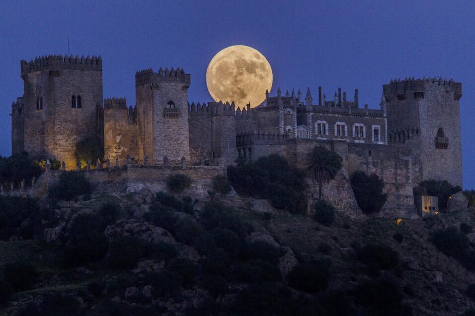 Impresionante vista de la superluna sobre Córdoba, en España