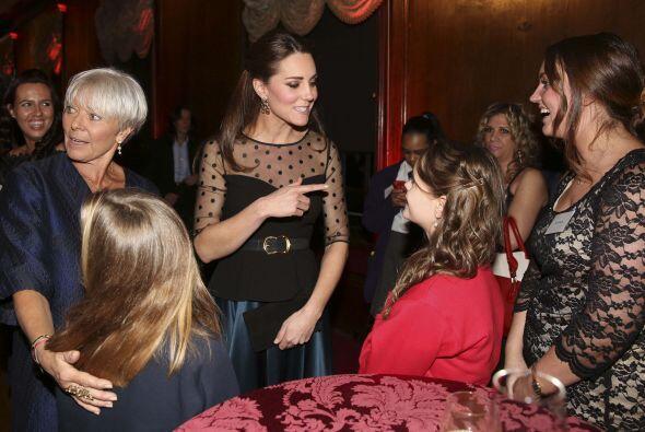 La duquesa estuvo muy sonriente y platicando con padres de familia y mae...