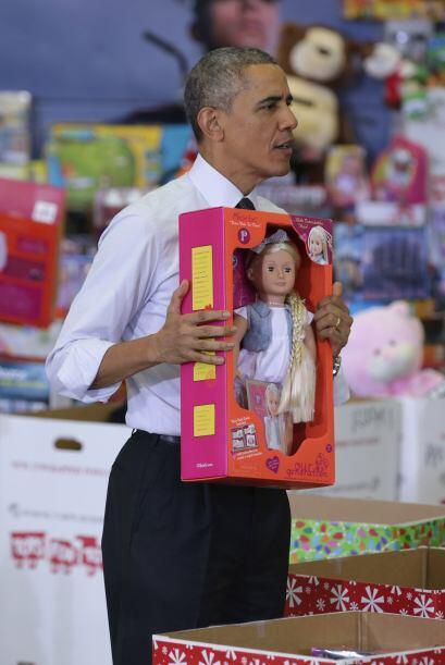 Obama se tomó el tiempo de mostrar algunos de los juguetes.