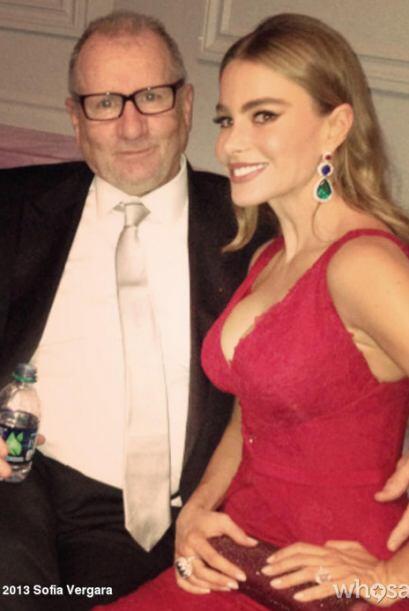 Sofía con Ed O'Neill, quien interpreta a su  marido en la serie. Mira aq...