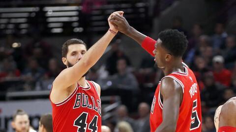 Nikola Mirotic (44) y Bobby Portis de los Bulls de Chicago durante el pa...