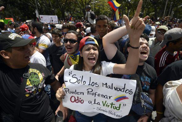 Los estudiantes desarmados gritan consignas durante una manifestación pa...