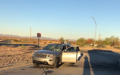 En el vehículo del sospechoso se pueden ver los impactos de bala...