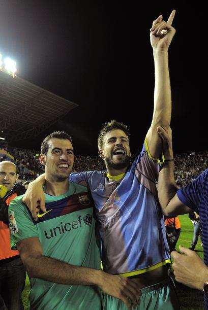 Piqué y Busquets animaban a su aficion presente en el estadio.