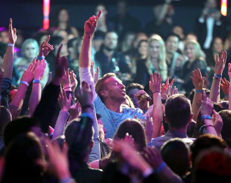 Chris Martin quiso ser uno con el público durante los premios iHeartRadi...