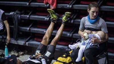 La corredora que amamanta a su bebé en mitad de una carrera de 105 millas (y abre un debate sobre la maternidad)