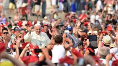 Multitudes aguardan al Papa Francisco en su gira sudamericana que arranc...