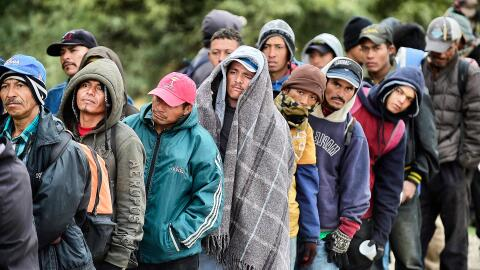 Decenas de inmigrantes centroamericanos que viajan a Estados Unidos espe...