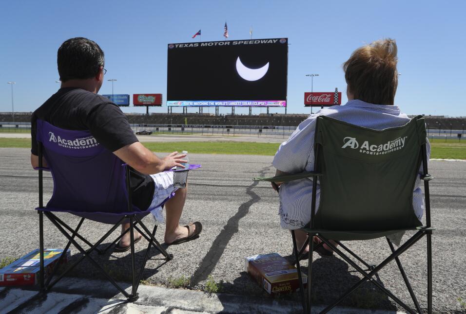 Los angelinos detuvieron sus rutinas para ver el eclipse solar y esto fu...