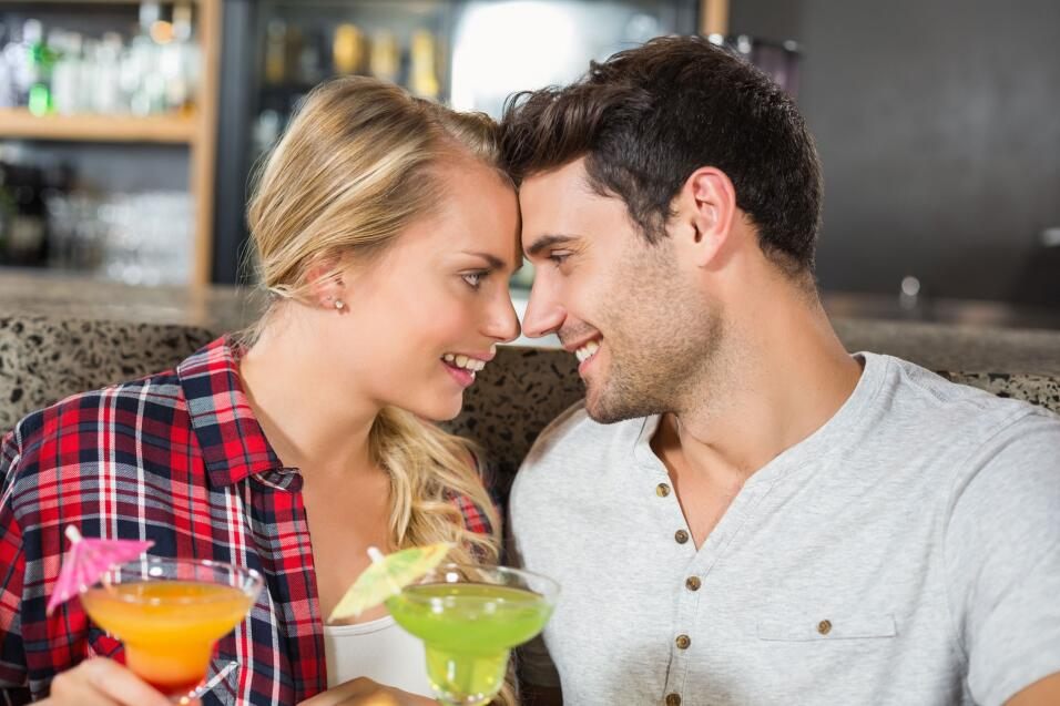 pareja enamorada en bar