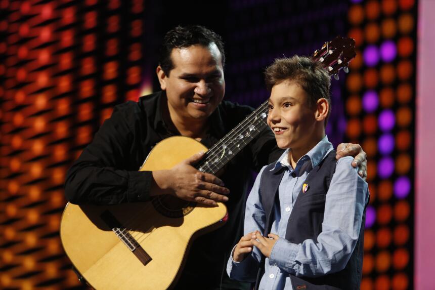 Don Francisco presentó a Adrián Martínez el admirador #1 de Natalia.