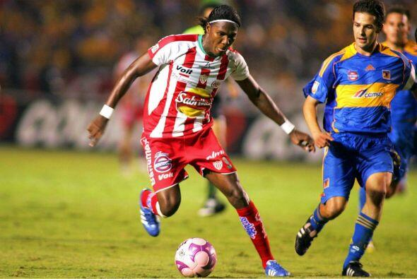 Otro jugador que emigró de México a la liga inglesa es Hugo Rodallega, e...