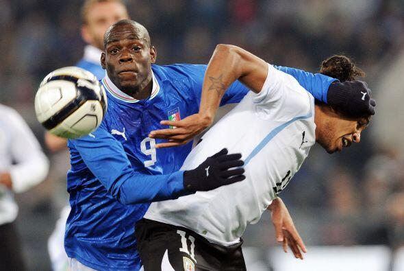El atacante Mario Balotelli era el hombre que encabezaba el ataque itali...